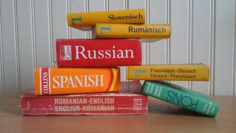 Tłumacze mogą pracować niezależnie lub w biurach tłumaczeń
